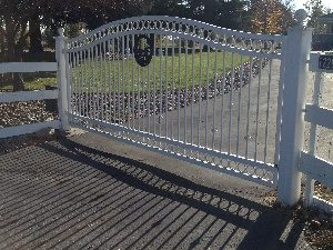 300x225UID-1-1461110392Iron drive gate white (2)